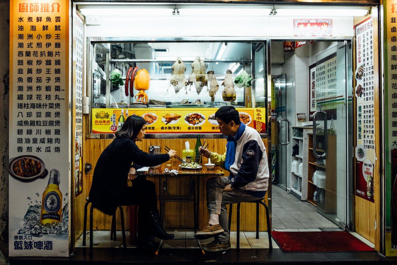 香港和新加坡很重要的差异是,香港有很强的社会与生命力,民间有很高的自主性,这个是...