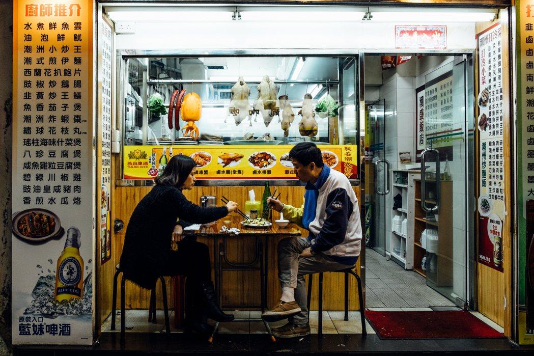 香港和新加坡很重要的差異是,香港有很強的社會與生命力,民間有很高的自主性,這個是...