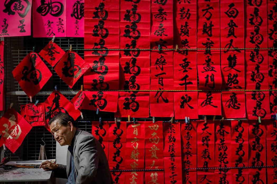 「因時至今日,在多人高喊建構『香港人』或『台灣人』主體意識之際,『華人』此一概念...
