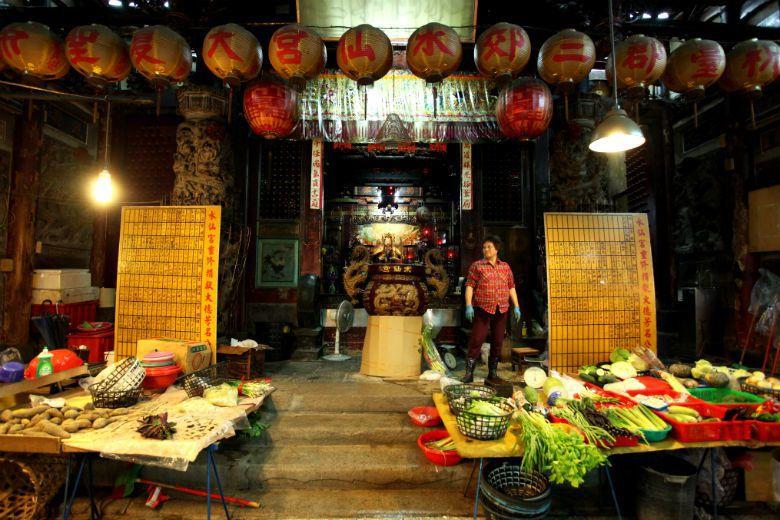 市場並非單獨存在的個體,菜市場所在常連結舊街區、廟埕。市場設置的歷史伴隨都市生活...
