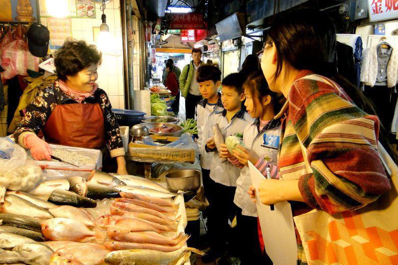 市場作為較低門檻的買賣交易空間,在許多國家公共零售市場也有其社福性格,也較能促進...