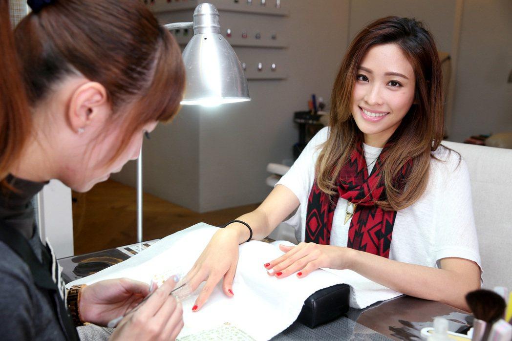 袁詠琳做指甲,開工也有美美好心情。記者侯永全/攝影