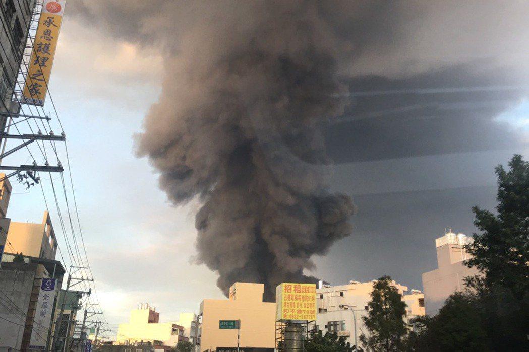 昨天泰丰轮胎厂大火,今天落尘落在平镇。记?张雅婷/?摄