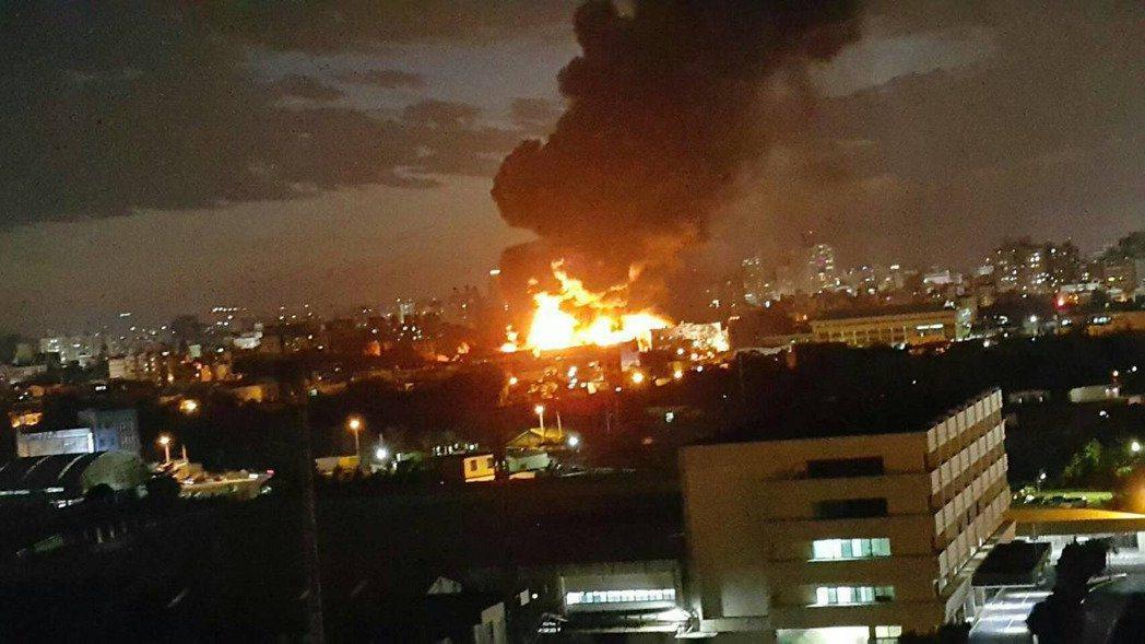 桃园的泰丰中坜厂昨大火,入夜后火势仍勐烈。记?郑国?/摄影