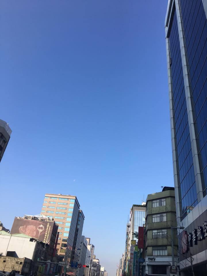 今天台北天空很蓝,嘭启明说,对于是否造成空污,不用过度紧张。图/?摄自脸书「气象...