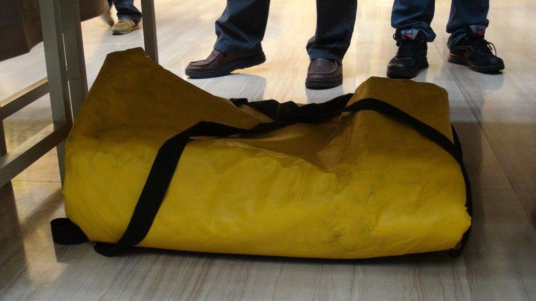 ?男持有的制式手榴?在?者?展示前,包裹著防爆毯。?者?宏睿/?影