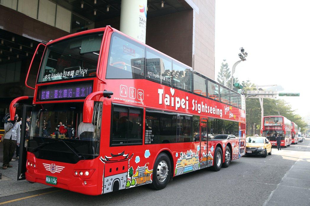台北市双层观光巴士上午启动。记?曾吉松/摄影