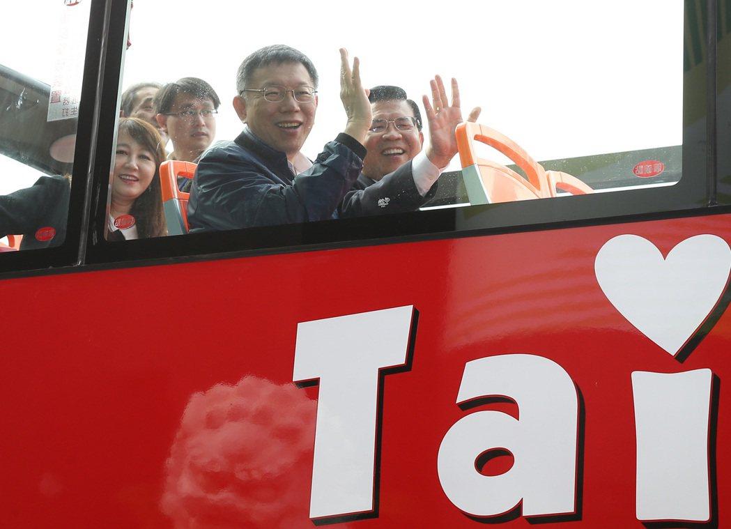 市长柯文哲试乘后表示,搭双层观光巴士很好玩。记?曾吉松/摄影