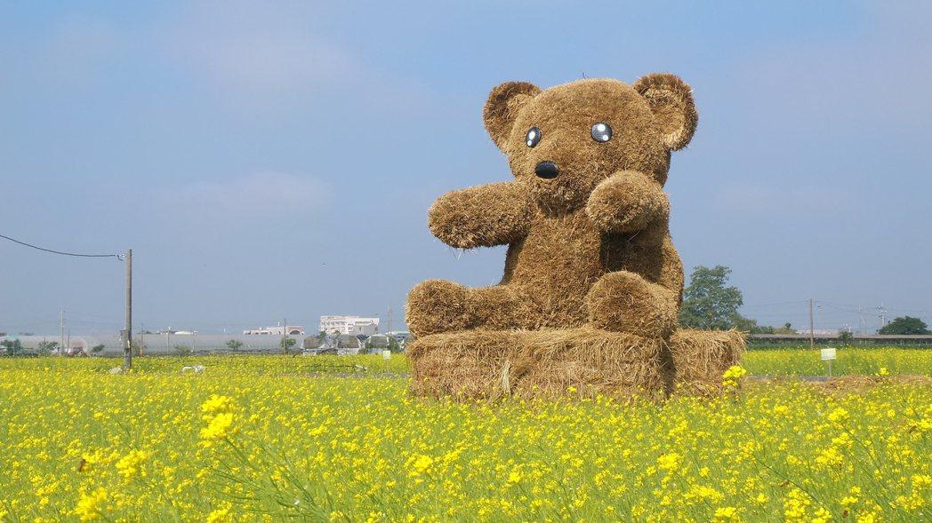 花海中?有一座近4公尺高稻草幸福熊。?者卜敏正/?影