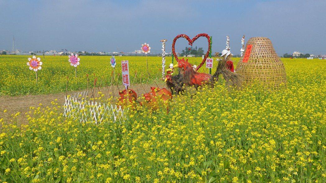 ??中规划设置各种稻草装置艺术。记?卜?正/摄影