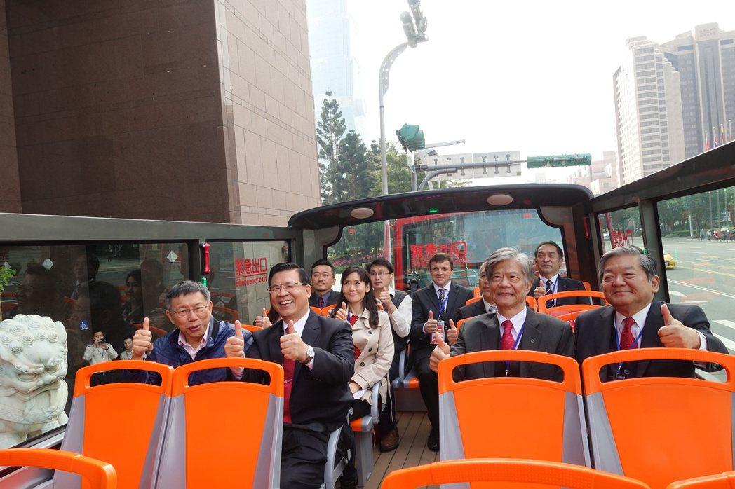 ???光巴士今天下午正式上路,台北市?柯文哲(左)表示,即日起至小年夜(26日)...