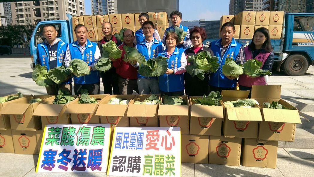 台中市国民党议员发起?丽菜农的「抢救?动」,每人出?认购。记?张明慧/摄影
