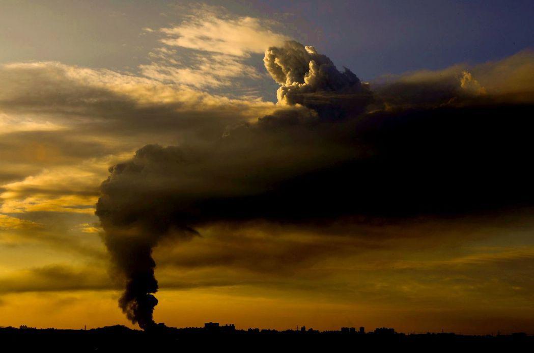 上市公司泰丰轮胎桃园中坜厂火警,浓烟形塑出空中奇景,像是午后的「牧神」,乘坐云上...