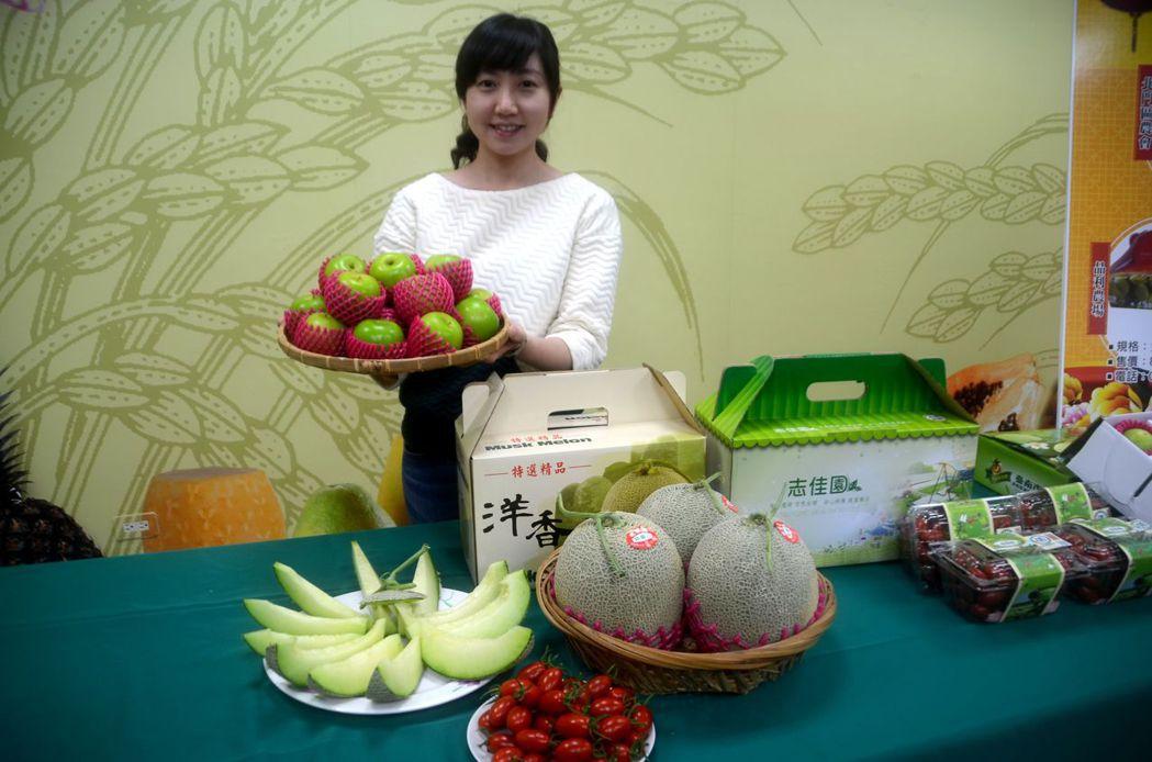 台南在地年?水果?盒伴手?,在地?值?季的蜜?、小番茄及洋香瓜,分?代表??、?...
