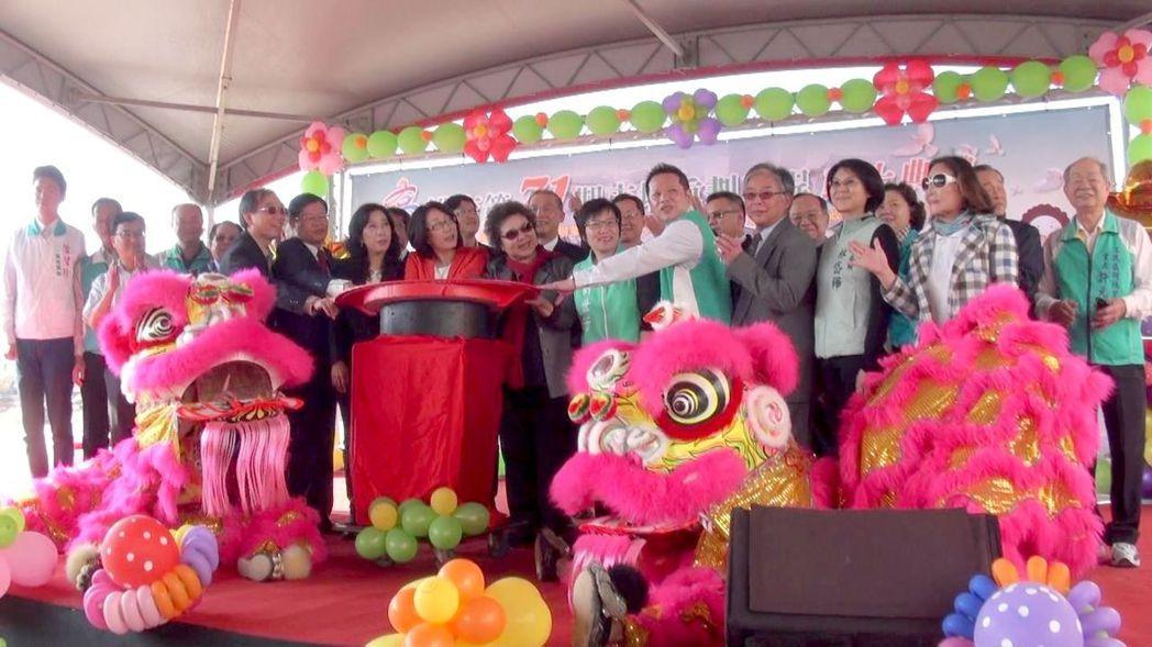 高雄市長陳菊(前排右六)和今天參加第71期重劃區動土典禮的人士,送別重劃區北面的...