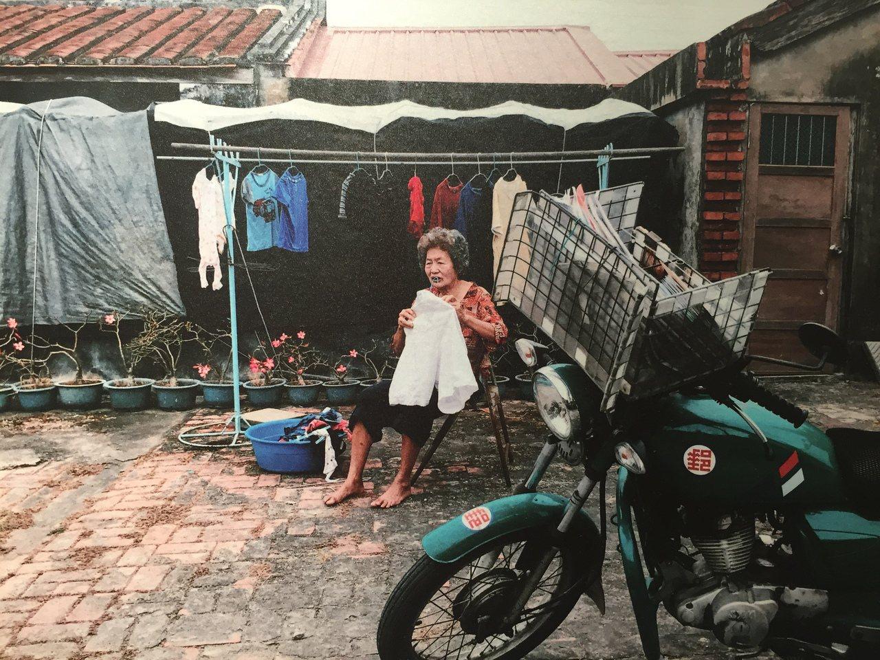郵差李翔拿起相機紀錄鄉鎮的美好,透過他的鏡頭帶領大家走入鄉野,看見不一樣的台南。...