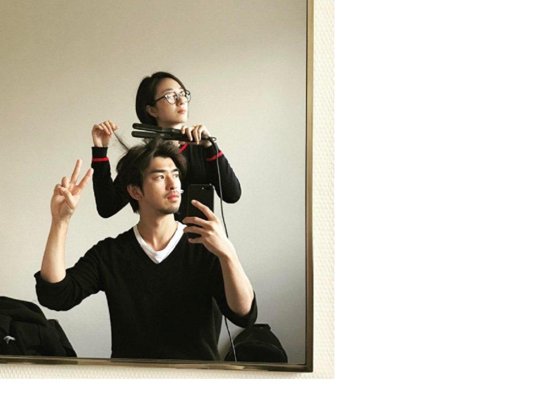 陳柏霖(前)與桂綸鎂在日內瓦相聚,小鎂化身髮型設計師,2人表情逗趣引起網友討論。...