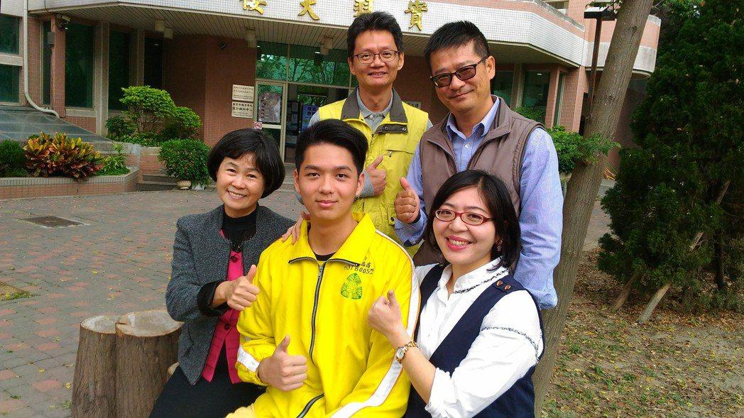 彰化高商學生許峰睿(前排右2)是Youtube實況主,以電競冠軍獲交通大學特殊選...