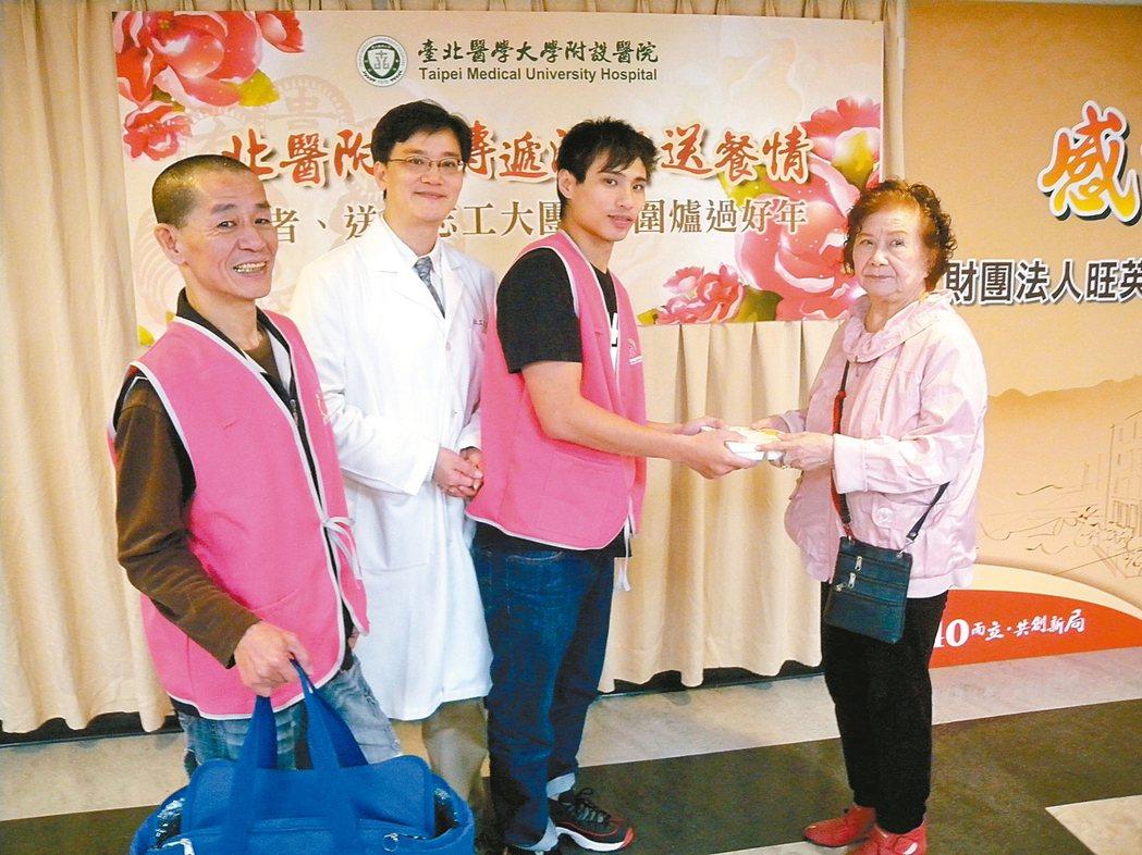陳文錦(左一)、北醫附醫社工室主任張建中(左二)以及許揚恩(右二)分享送餐時的經...