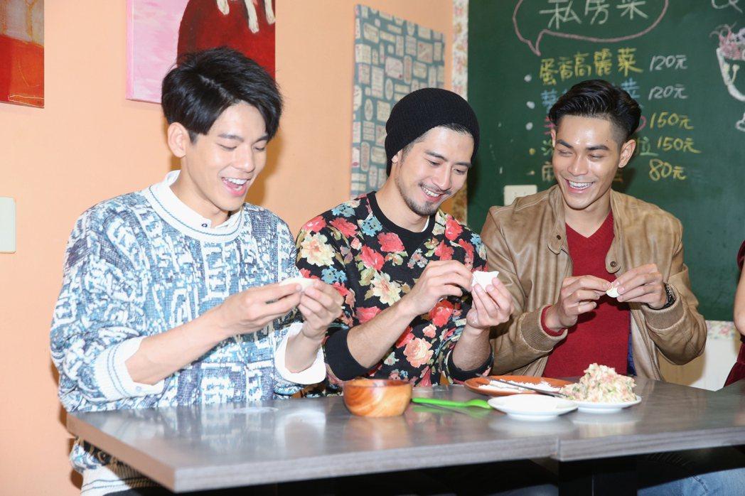 周子娛樂新春餐敘,林柏宏(左起)、簡宏霖、李迪恩等人一起包水餃。記者楊萬雲/攝影