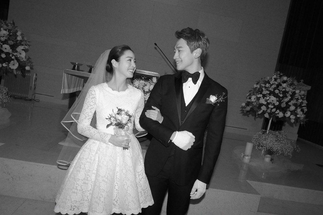 Rain(右)與金泰希有共同信仰,選擇在教堂低調舉行婚禮。圖/摘自OSEN