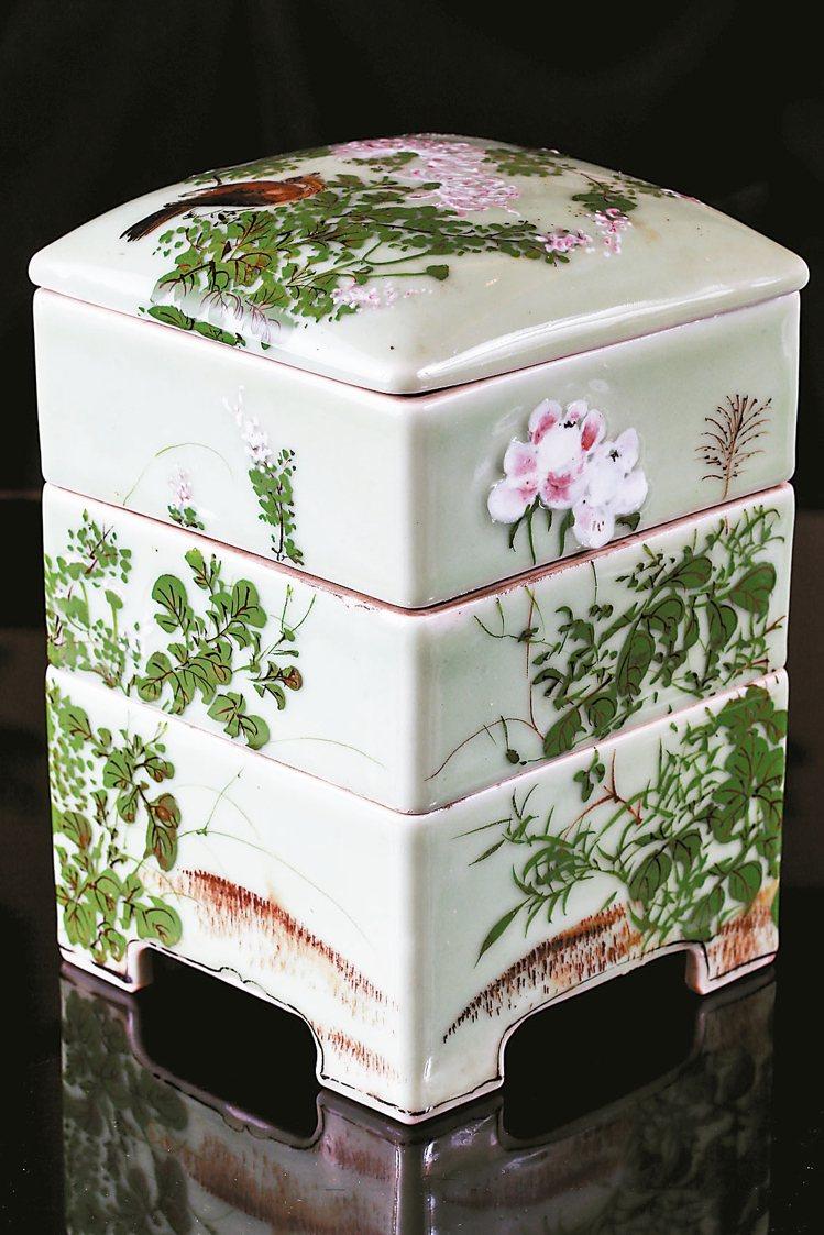 雖然有點瑕疵,但顏色素雅,盛夏香還是把這個三層方盒從日本帶回來。 圖/記者林伯東...