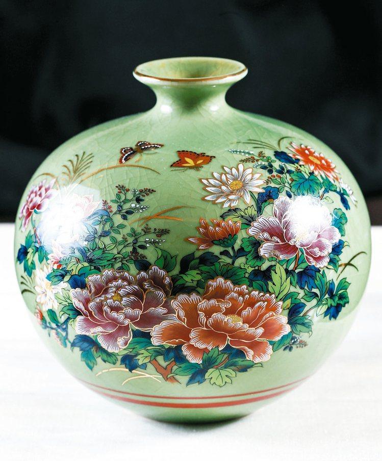 在日本小店帶回來的九谷燒花瓶。 圖/記者林伯東攝影