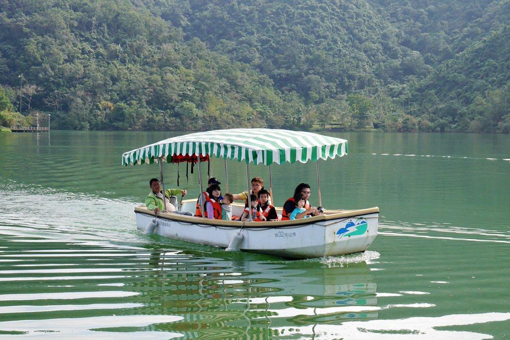 梅花湖遊船享受寧靜的自然風光。 記者陳威任/攝影