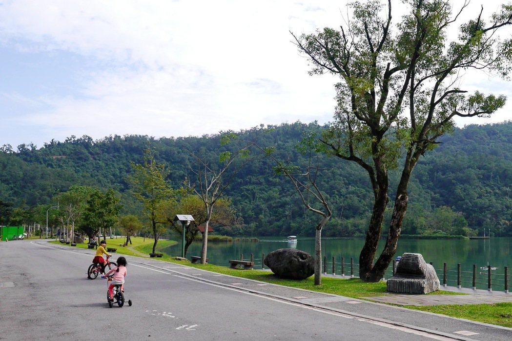 梅花湖適合闔家前來騎乘單車。 記者陳威任/攝影