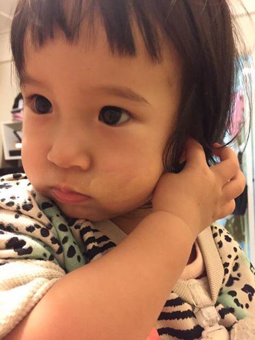 Mia偷用媽媽化妝品。圖/摘自臉書