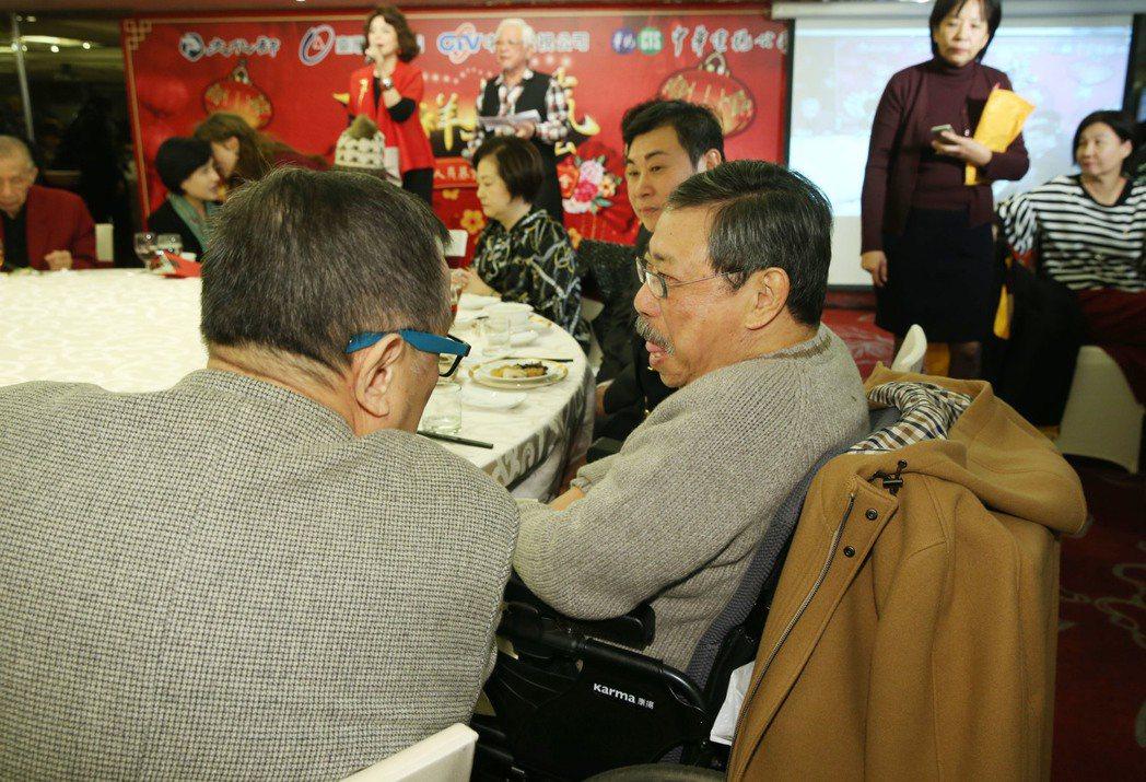 關懷演藝人員基金會春節餐會今天在台北舉辦,許多資深藝人們同樂,陳松勇去年跌倒受傷...