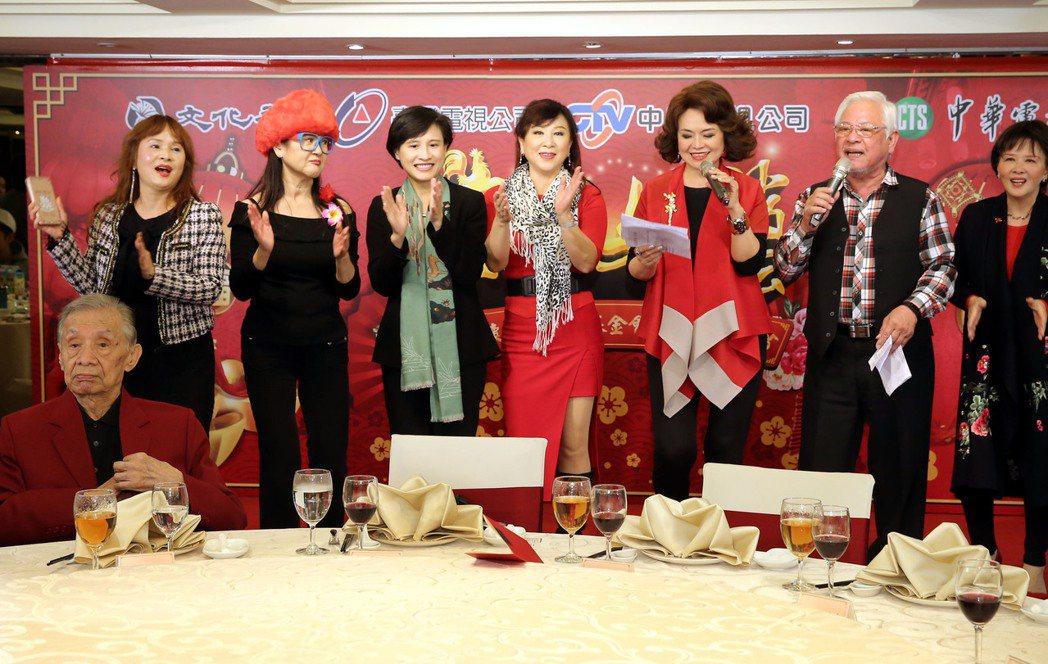 文化部長鄭麗君出席與資深藝人們同樂,上台合唱。記者林俊良/攝影