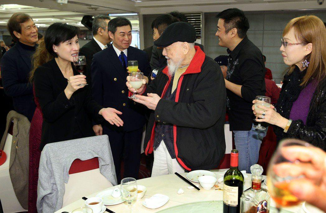 文化部長鄭麗君出席與資深藝人們同樂,並隨桌一一敬酒。記者林俊良/攝影