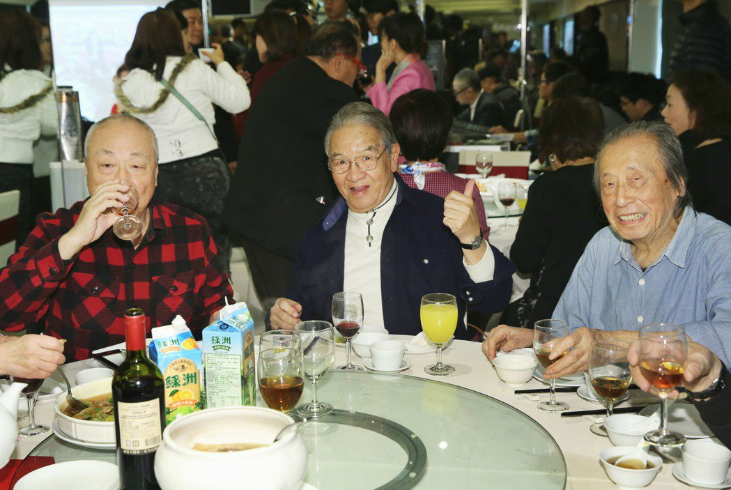 關懷演藝人員基金會春節餐會今天在台北舉辦,許多資深藝人們同樂,資深藝人暨導演丁強...