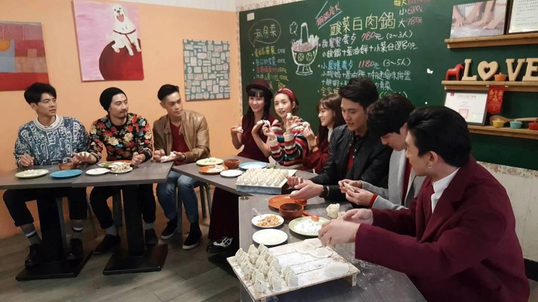 周子娛樂新春餐敘,藝人動手包水餃。記者杜沛學/攝影