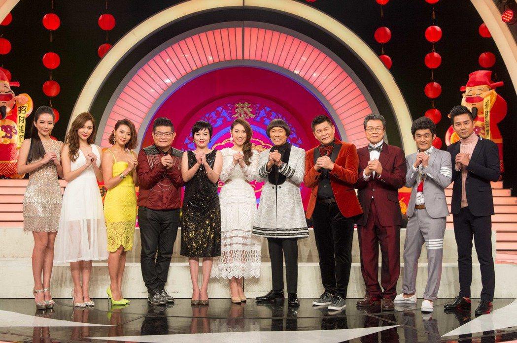 豬哥亮(右五)日前上華視錄除夕特別節目時,表達想重返綜藝節目的想法。圖/三立提供
