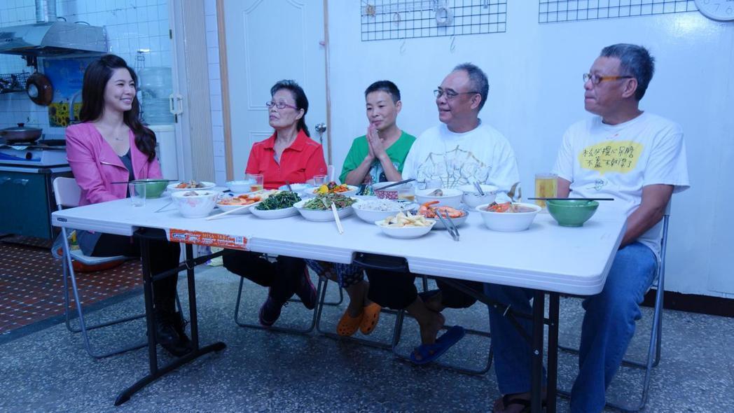 白家綺(左)受邀上公視「誰來晚餐」,分享悲慘童年,如今開出美麗花朵。圖/公視提供