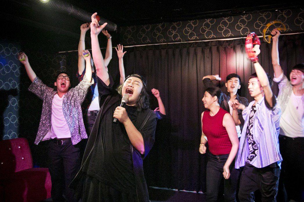 賴銘偉(中)新歌「乾杯萬萬歲」MV拉到傳統式卡拉ok店取景。圖/星耀藝能提供