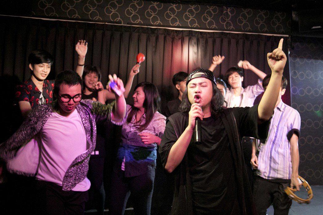 賴銘偉(右)新歌「乾杯萬萬歲」MV拉到傳統式卡拉ok店取景。圖/星耀藝能提供
