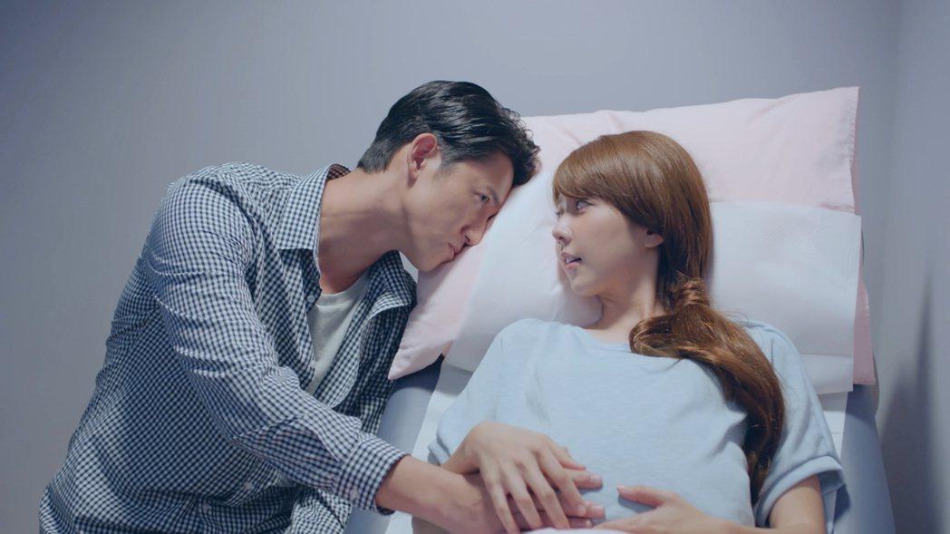 吳慷仁與邵雨薇在「我的禮物」期待孩子誕生。圖/緯來電影台提供