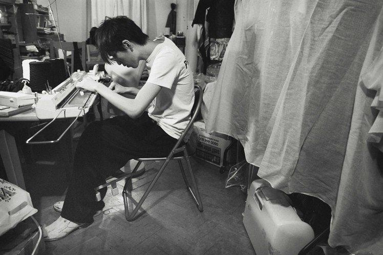 台灣設計師詹朴以解構手法創作服裝。圖/謝宇恩提供