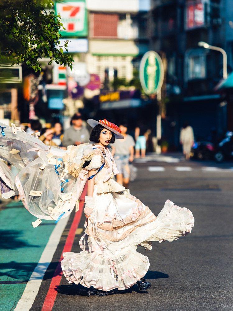 劉美惠創作的蕾絲服裝作品。圖/劉美惠提供