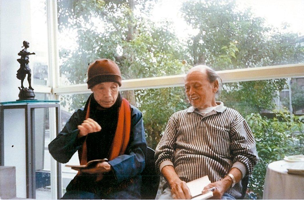 周夢蝶(左)、陳庭詩常閒坐筆談,聊到無話可說…… 圖/曾進豐提供)