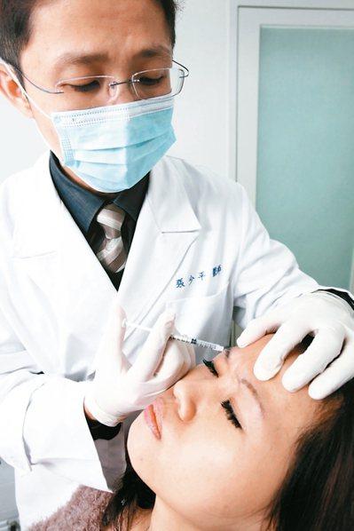醫師為病人施打肉毒桿菌。 圖/張少平醫師提供