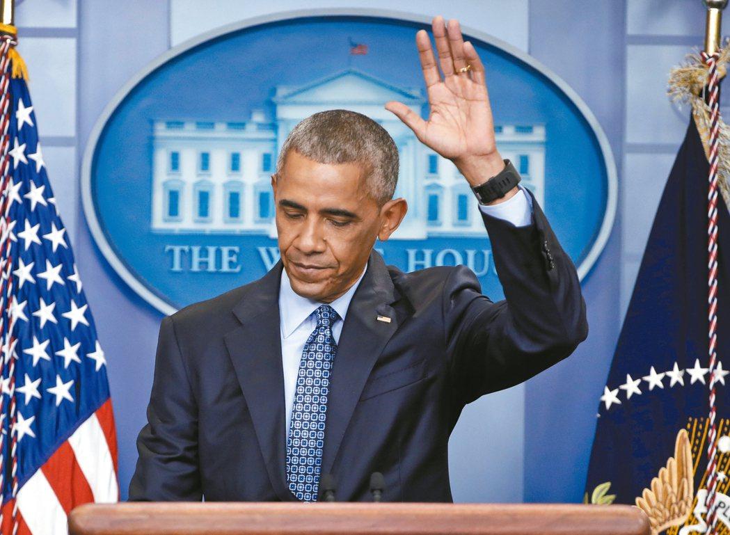 美國總統歐巴馬十八日於白宮簡報室舉行最後記者會,結束時,揮手與眾人道別。 美聯社
