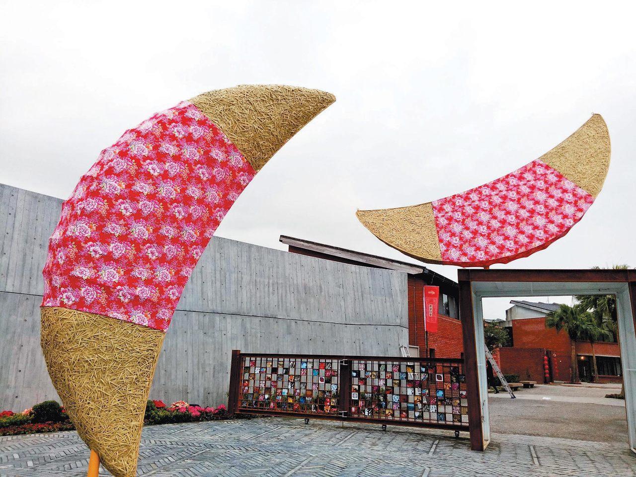 廟宇擲茭傳統深植人心,新開幕的宜蘭傳藝園區以大型擲茭地景藝術迎接遊客。 記者張芮...