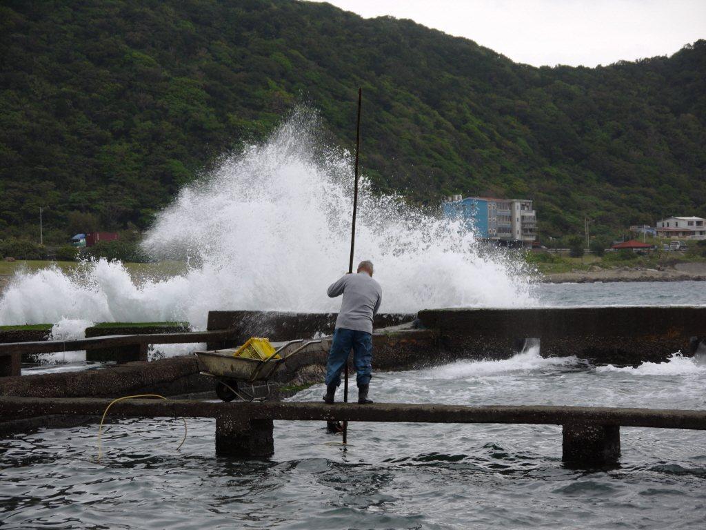 漁業署說,為避免養殖業者造成損失,呼籲養殖業者加強防範低溫,避免造成養殖物損失。...