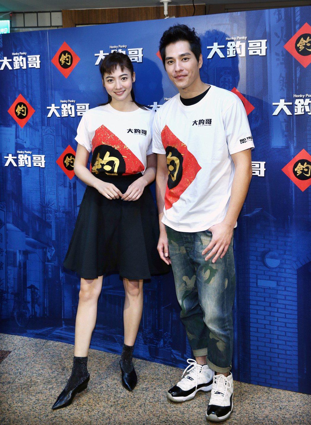 藍正龍(右)與謝沛恩(左)為電影「大釣哥」宣傳。記者蘇健忠/攝影