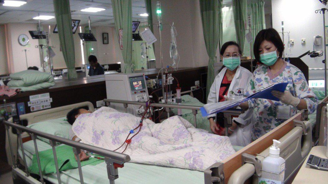台灣腎臟醫學會名譽理事長陳鴻鈞說,對末期腎臟病患者,腎臟移植是最佳選擇,現今抗排...