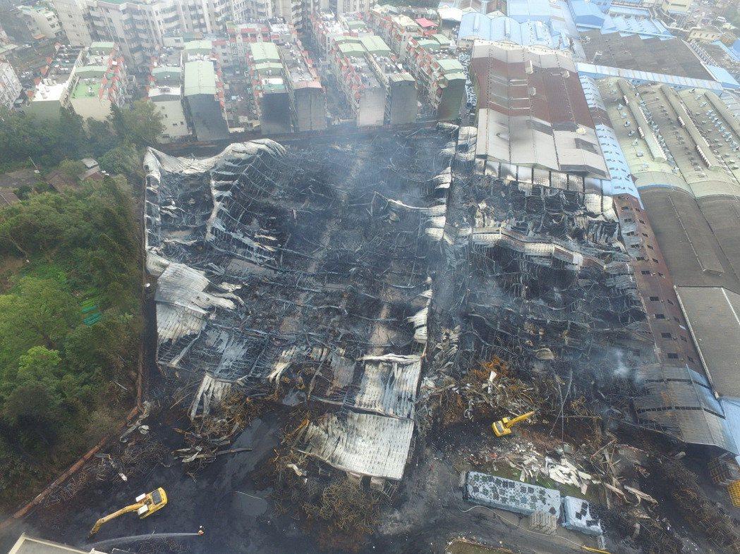 泰豐輪胎中壢廠大火燒掉約1/3廠房,上方最靠近民宅位置可以看見整排圍牆被濃煙熏黑...